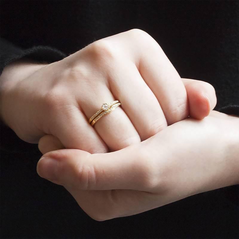 duo alliance et solitaire en or jaune et diamants 9 carats de la marque alliantine sur ocarat. Black Bedroom Furniture Sets. Home Design Ideas